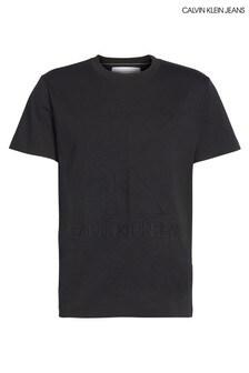 חולצתטי עם לוגו מובלט שלCalvin Klein