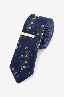 עניבה עם דוגמה וסיכת עניבה פרחונית