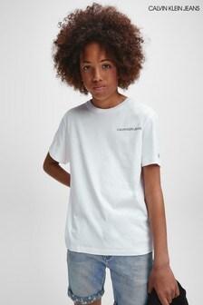 تي شيرت أبيض بشعار على الصدر من Calvin Klein