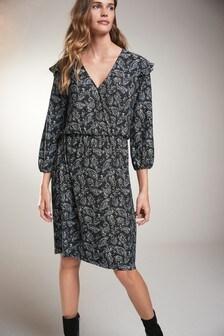 Платье с запахом и оборками на плечах