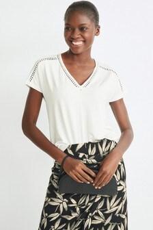חולצת טי עם שרוולים קצרים בשילוב תחרה