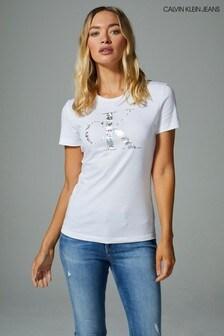 חולצתטי לבנה עם לוגו מטאלי מחליף-צבעים שלCalvin Klein