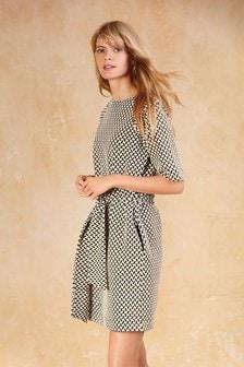 Жаккардовое платье с поясом