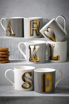 Tasse mit Buchstaben-Motiv