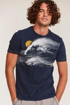 חולצתטי בצבע כחול עם גל גדול שלFatFace