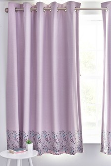 Сиреневые затемняющие шторы с цветочным узором и люверсами