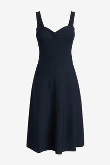 Приталенное платье с перекрученным лифом и расклешенной юбкой