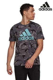 adidas T-Shirt mit durchgängigem Camo-Print, Grau