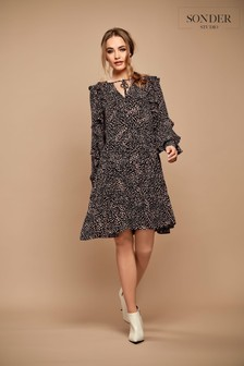 فستان كشكشة أسود/خوخي من Sonder Studio