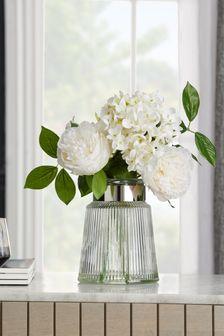 زهور صناعية في مزهرية زجاجية