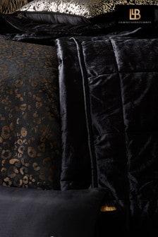 Karen Millen Gestepptes, quadratisches Kissen aus Samt mit Faltendetails