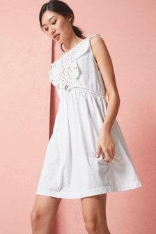 Платье с оборками на рукавах и вышивкой ришелье