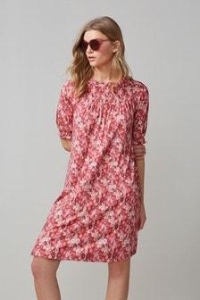Присборенное платье с коротким рукавом и завышенной талией
