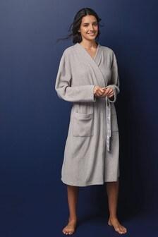 Эластичный флисовый халат с атласными завязками