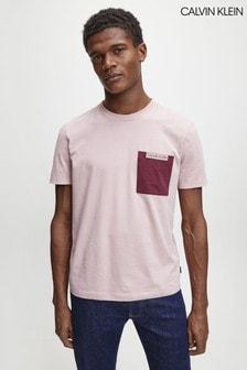 Camiseta rosa con bolsillo en contraste de Calvin Klein