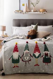 Серое покрывало с рождественским принтом гномов в красных колпаках и помпонами