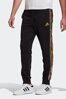 מכנסי טרנינג של adidas בהדפס קמופלאז' עם3 פסים