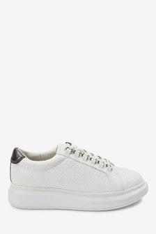 Sneakers met vetersluiting en dikke zool