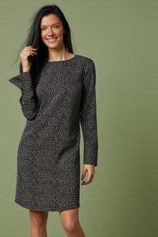 Платье прямого кроя с длинным рукавом