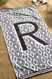 Пляжное полотенце с алфавитом геометрической формы