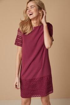 Цельнокроеное платье с кружевной отделкой