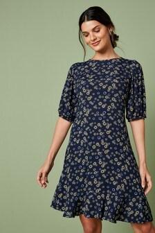 Чайное платье с оборкой и объемными рукавами