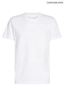 חולצת טי לבנה של Calvin Klein עם לוגו מובלט