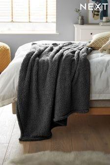 Темно-серое уютное флисовое покрывало с плюшевой фактурой