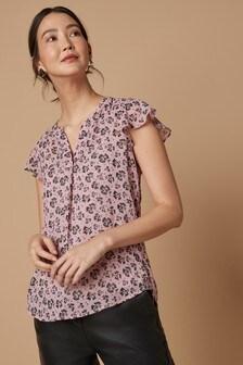 Блузка с оборками на рукавах и V-образным вырезом