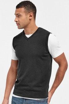 Вязаный жилет и футболка