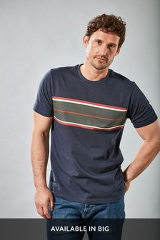 חולצת טי בגזרה רגילה עם פסים בחזה