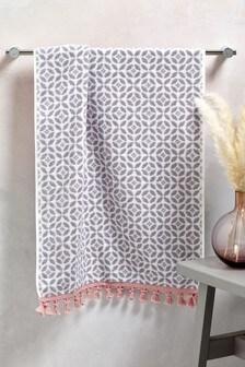 מגבת אפורה בהדפס אריחים גיאומטרי