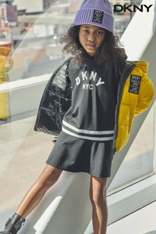 فستان أسود بقلنسوة بشعار من DKNY