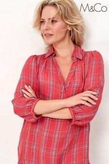חולצה בגזרת פטיט של M&Co עם משבצות באדום