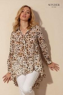 חולצה מנומרת באורכים שונים של Sonder Studio דגם Maya Shine בבז'