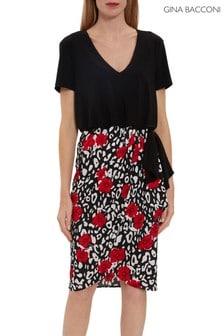 שמלהעם חלק עליוןצמודשל Gina Bacconi דגם Nelia וחצאית מעטפת בצבע אדום