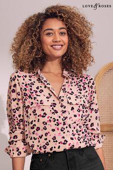 חולצה שלLove & Roses עם כיס פאץ'