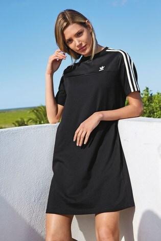 277521bb0465 Kupte si Černé tričkové šaty adidas Originals na Next Česká republika
